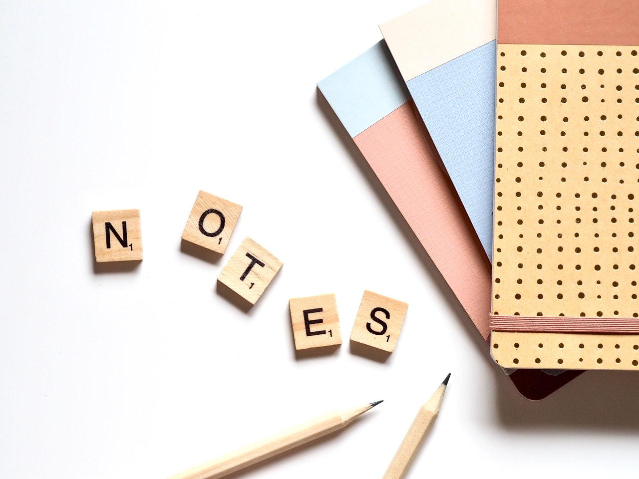 bokstäver och anteckningsblock