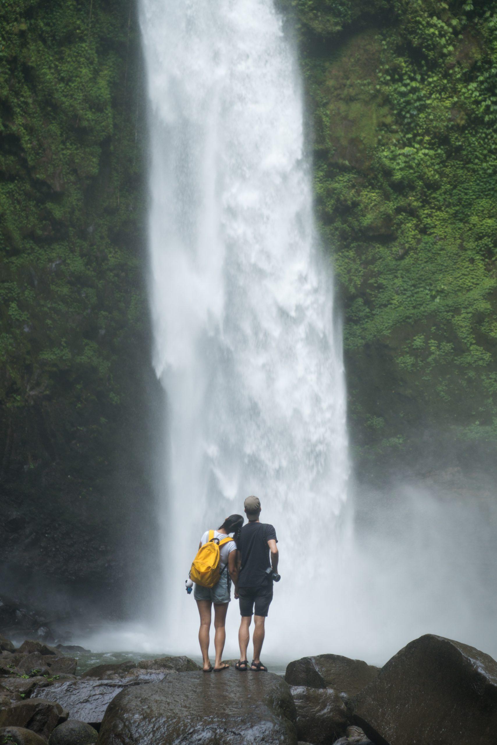 par vid högt vattenfall