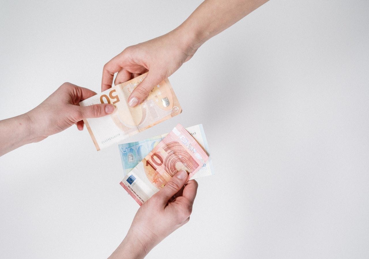 personer utbyter pengar